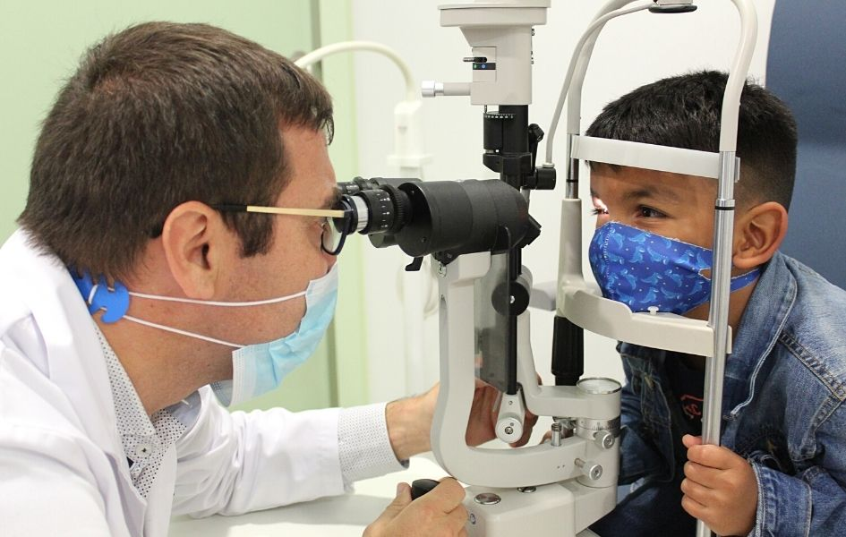 Dr Jaume Català examines Félix's eye to check the evolution of the treatment with the oncolytic virus.
