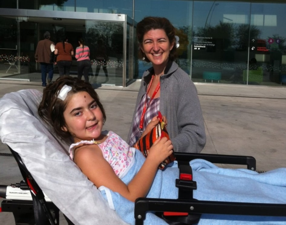 Laia with her mother in front of SJD Barcelona Children's Hospital.